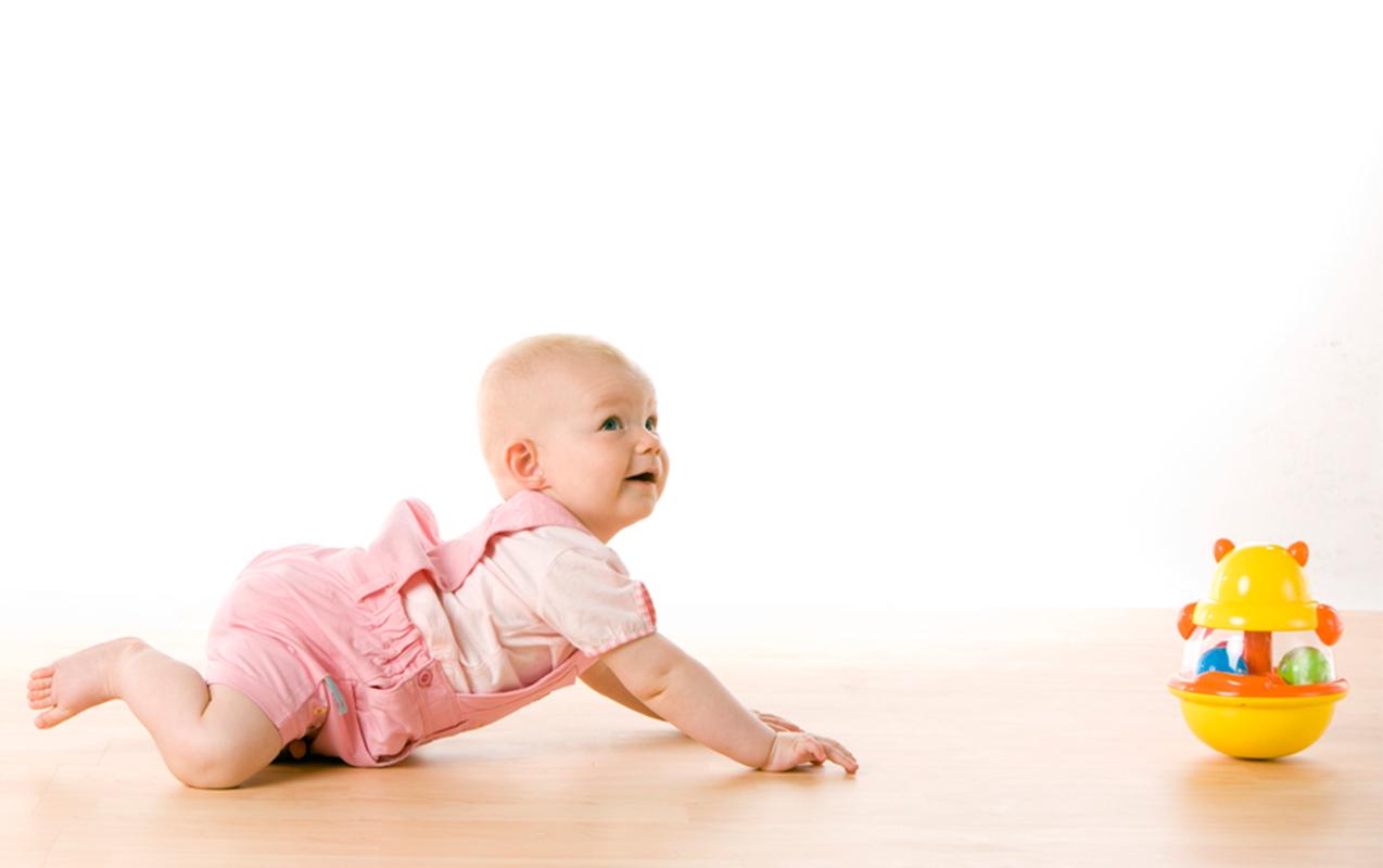 Tập bò cho bé: 5 giai đoạn và 8 bài tập dễ nhất