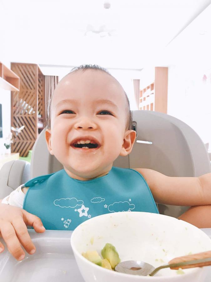 Chào các mẹ,  Bé Heo nhà mình ăn dặm kết hợp cả 3 phương pháp: Truyền thống, kiểu Nhật, tự chỉ huy.   Vợ chồng mình trực tiếp làm ra app này và cũng cho con ăn theo các công thức đăng trên app, hy vọng là sẽ giúp ích cho các mẹ, giúp các mẹ tiết kiệm được nhiều thời gian để ăn dặm không phải là cuộc chiến, để các bé lớn nhanh, khỏe mạnh.  Các mẹ xem đầy đủ tại đây nhé: https://mamibabi.com.vn/an-dam  Thực đơn được lên mới liên tục theo tuần, rất đa dạng để các mẹ lựa chọn nấu cho bé.  Mọi chi tiết mình rất sẵn lòng tư vấn. Zalo: 0908 303 699 Cảm ơn các mẹ!  Thang Pham, CEO Mamibabi.