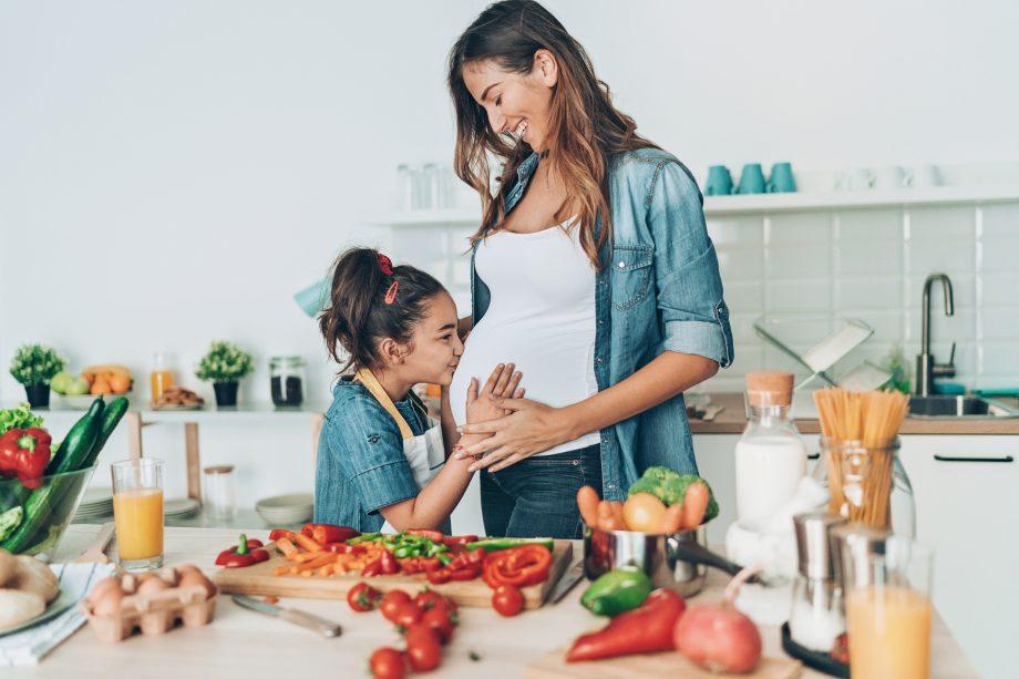"""3 MẸO CHẾ BIẾN ĐỒ ĂN NHANH - SẠCH - NGON CHO MẸ BẦU  Ăn nhẹ là một trong những điều mẹ bầu cần quan tâm nhất trong suốt thai kỳ của mình. Mẹ nên chia nhỏ các bữa ăn, thay vì ăn 3 bữa lớn, mẹ nên ăn 5 - 6 bữa nhỏ mỗi ngày. Ngoài các bữa chính, mẹ có thể ăn thêm bữa phụ sáng, bữa phụ chiều hoặc bữa phụ tối nếu thấy đói.   Việc ăn nhiều bữa trong 1 ngày có thể khiến mẹ bầu mất nhiều thời gian chế biến. Dưới đây là 3 mẹo nhỏ giúp mẹ chế biến đồ ăn nhanh gọn mà vẫn đảm bảo độ tươi ngon và vệ sinh:   1. SỬ DỤNG NGUYÊN LIỆU """"NỀN"""" GIỐNG NHAU.  Ví dụ: mẹ có thể chọn nguyên liệu nền là bí ngô và gọt vỏ, bỏ hạt sẵn rồi chia nhỏ thành từng phần. Sáng ăn cháo bí ngô, chiều uống sữa yến mạch bí ngô. 2 món ăn này tuy đều dùng bí ngô nhưng có hương vị hoàn toàn khác nhau, sẽ không làm mẹ bị chán.   2. CẤP ĐÔNG TRÁI CÂY Trái cây đông lạnh không chỉ giàu dưỡng chất, tốt cho sức khỏe mà còn giúp mẹ tiết kiệm thời gian sơ chế. Mẹ nên rửa, gọt vỏ và cắt nhỏ trái cây rồi chia thành từng túi zip hoặc từng hộp nhỏ, để vào ngăn đá tủ lạnh và dùng hết trong vòng 1 tuần. Mỗi lần uống, mẹ chỉ cần lấy ra 1 phần, cho vào máy xay là đã có món sinh tố thơm ngon. Mẹ nhớ để sinh tố đỡ lạnh rồi mới uống nhé. Mẹ có thể áp dụng cách cấp đông này cho nhiều loại thực phẩm khác như thịt, cá và lưu ý nên dùng hết trong vòng 1 tuần.   3. CÓ ÍT NHẤT 1 MÓN LÀM BẰNG MÁY Máy ở đây là các loại máy móc hoặc dụng cụ hỗ trợ nấu ăn như nồi chiên không dầu, nồi nấu chậm, nồi ủ chân không… Mẹ chỉ cần bỏ nguyên liệu vào, máy sẽ nấu hộ. Trong thời gian đó, mẹ có thể tranh thủ làm việc khác. Trong mỗi bữa ăn, mẹ hãy có ít nhất 1 món sử dụng máy móc để tiết kiệm thời gian cho mình nhé."""