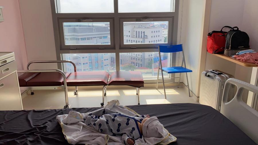 """Review đẻ thường bệnh viện 108  Hôm nay mới có thời gian chia sẻ với các mẹ quá trình mình đi đẻ hôm 29/8 vừa rồi.   Bé nhà mình khá cứng đầu nên 40 tuần 3 ngày mới chịu ra. Tối hôm 28 lúc 7h mình thấy ra máu nên tranh thủ tắm gội, đến 8h30 đến viện vào khoa cấp cứu. Có bác sĩ và y tá sẽ cho mình vào khám trong để xem mở bao nhiêu phân rồi, có dấu hiệu đau bụng chuyển dạ chưa (quả khám trong thốn tận rốn vì con mình đầu cao chưa tụt xuống :)). Khi có dấu hiệu rồi Bác sĩ mới nhận cho nhập viện. Y tá sẽ làm hồ sơ cho mình, mình và người nhà sẽ được test covid. Sản phụ thì cả test nhanh và test chậm, người nhà thì test chậm, tổng chi phí test cả hai người là gần 2tr (đóng trước khi test). Người nhà sẽ được hướng dẫn đi đóng tiền viện phí các thứ, tạm ứng 10tr xong xuôi rồi ngồi chờ kết quả thôi.   Vì mình vào lúc muộn nên khá vắng chờ kết quả cũng nhanh, test nhanh 30p có kp thì mình được y tá dẫn lên tầng 2 khu khám dịch vụ để nằm đo monitor và chờ kết quả test chậm. Đến đúng 12h là mình có kết quả test chậm thì được lên toà nhà 21 tầng, người nhà lúc này có kết quả cùng nên được lên theo luôn. Lúc này bắt đầu có những cơn co dày xuất hiện rồi mà vì con mình đầu cao nên phải đứng xoạc chân cho nó xuống 🤣 đã đau còn phải đứng vịn hành lang suốt mấy tiếng đồng hồ nó phải nói là không còn từ nào tả nổi. May có chồng ở bên xoa lưng cho cả đêm mới đỡ hơn, có lúc tưởng đau sắp ngất vì mệt quá nên mọi người nhớ ăn uống lấy sức trước khi đi đẻ không là ngất thật chứ không đùa 😅 Mình mở chậm nên được tiêm 1 mũi kích làm mềm tử cung mãi đến 3h30 mở được 8p mới vào phòng đẻ. Khám trong cũng phải 4-5 lần. Vào phòng thì được cắm truyền dịch và tiêm thêm 1 mũi nữa thế là nằm rặn, rặn một hồi mệt quá còn phải thở oxy, bác sĩ và các chị cứ động viên """"cố lên rặn đi, ỉa đi ỉa dài ra :))"""" vầng rặn đẻ mà như rặn ỉa đấy các mẹ 🤣 về sau rạch tầng sinh môn và chị y tá đẩy bụng thế là con ra đời.  Con được áp da mẹ ngay lập tức và được tiêm viêm gan B, uống vitamin K. Lúc con khóc oe oe chồn"""